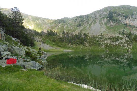 Instants paisibles au bord du lac, seul au monde