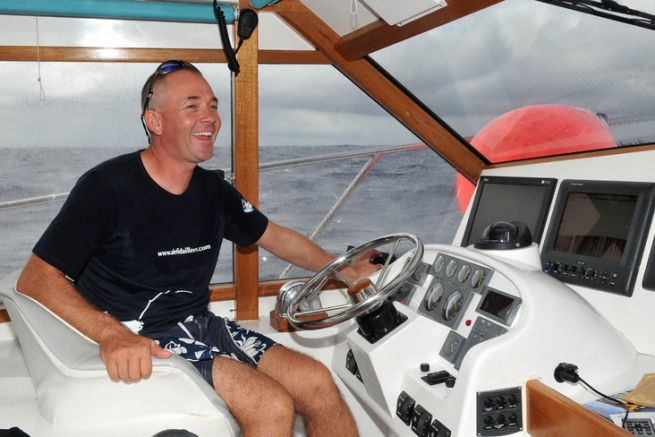 A la bar de son navire, Cyril Faure prend du plaisir à faire pêcher ses clients.