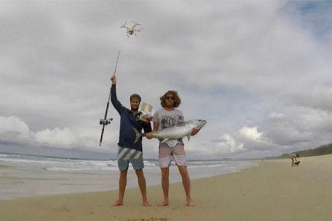 Jaiden Maclean Byron Leal exhibent leur thon pêché grâce à un drone
